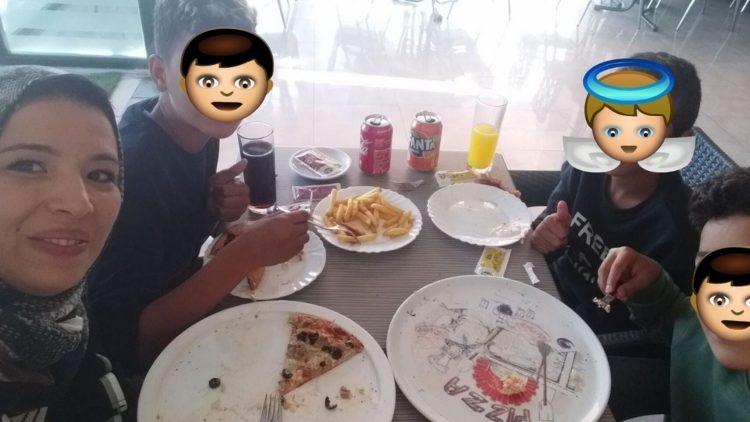 Nur Houda en un selfie con los tres niños a los que ella misma ha tapado las caras, comiendo en una pizzería tras el incidente