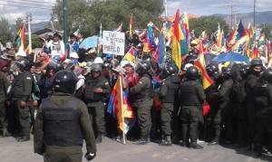 Multidão em La Paz contra o golpe garante o MAS na presidência da Câmara e do Senado