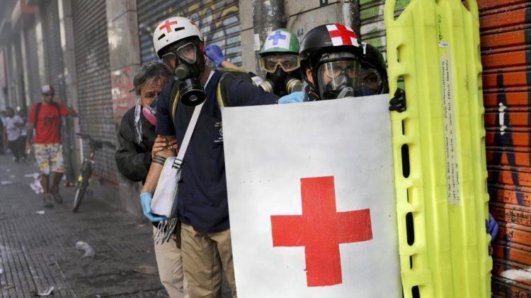 Paramedici cileni nel loro servizio durante la protesta