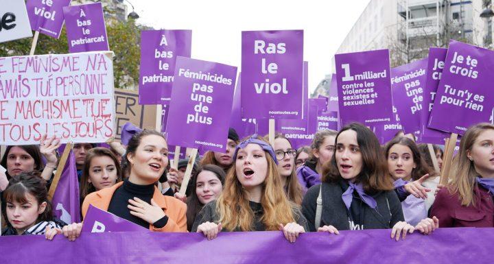 """""""Marea violeta"""" en París contra la violencia hacia las mujeres"""
