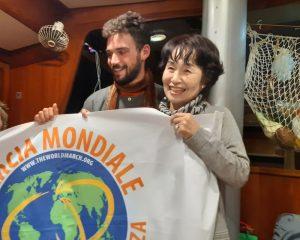 """La visita di Nariko, una Hibakusha, alla barca di """"Mediterraneo Mare di Pace"""""""