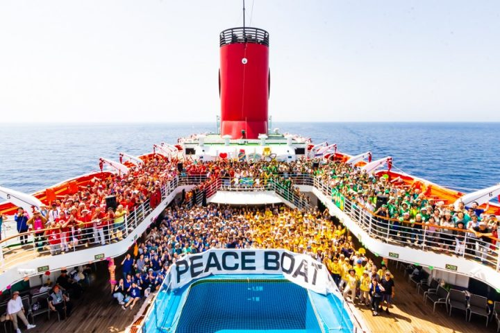 Το Πλοίο της Ειρήνης πιάνει Πειραιά