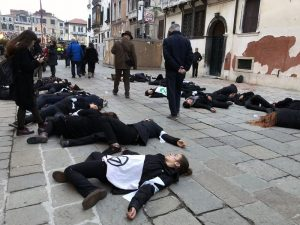 Extinction Rebellion Venezia: flash mob davanti al ponte votivo della Salute