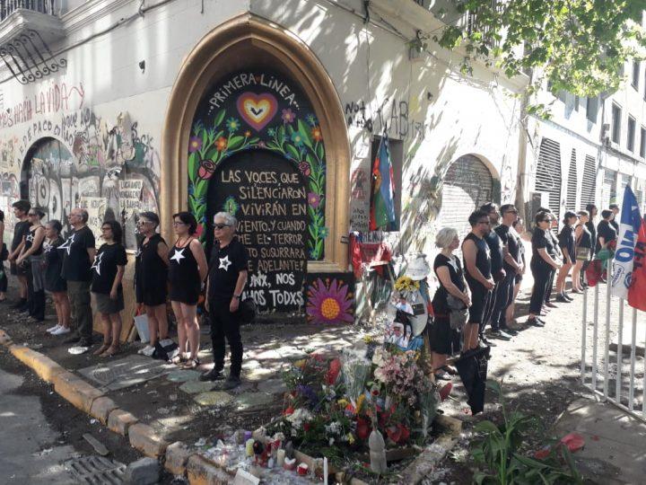 Santiago de Chile: Intervención relámpago 26×26 en homenaje a los muertos por la represión policial