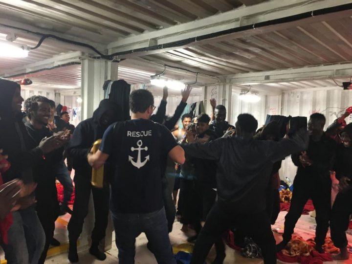 I migranti della Alan Kurdi sbarcati a Messina, quelli della Ocean Viking a Pozzallo