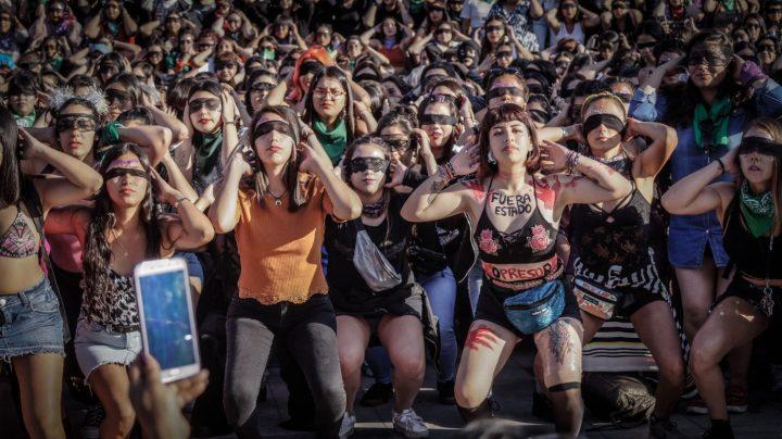 """Eine feministische Performance geht um die Welt: """"DER VERGEWALTIGER BIST DU!"""""""