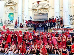 Feministas responden a proyecto ley anticapuchas de Piñera