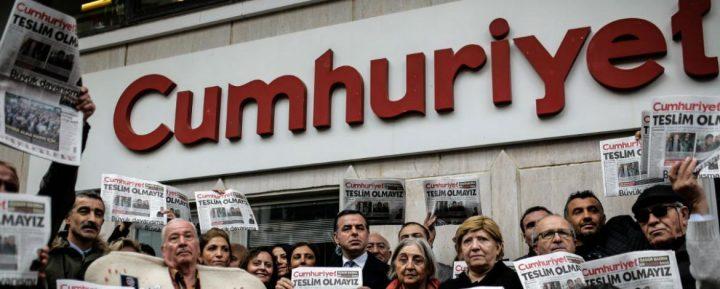 Turchia, nuove condanne per i giornalisti di Cumhuriyet, mentre peggiorano condizioni leader Hdp in carcere