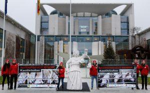 Agrargipfel: Protestaktion gegen illegale Kastenstandhaltung von Muttersauen vor dem Bundeskanzleramt – #LasstDieSauRaus