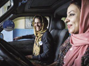 Le ragazze di Kabul che guidano i Pink Shuttle (per le altre donne)