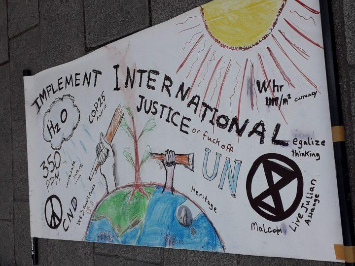 Mezzo milione di persone in marcia per la giustizia climatica: i politici siano all'altezza dell'emergenza globale