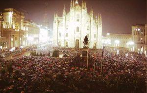 Sardine a Milano, piazza Duomo piena nonostante la pioggia