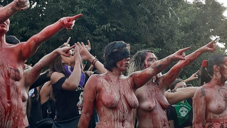 Dernière représentation en 2019 de « Un violeur sur ton chemin » à la Plaza Ñuñoa, à Santiago du Chili