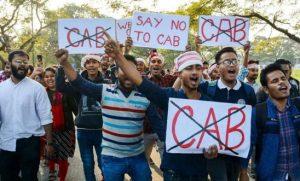 India: la polizia di Delhi vergognosa spettatrice delle brutalità contro gli studenti
