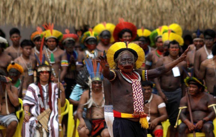 """Bolsonaro: """"gli indios stanno diventando quasi umani"""""""