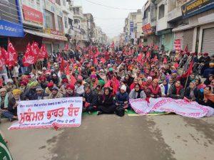 Η μεγαλύτερη απεργία που έγινε ποτέ στην Ινδία συνταράσσει την κυβέρνηση Μόντι