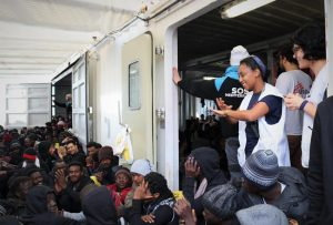 Migranti salvati in mare, sbarchi e attese