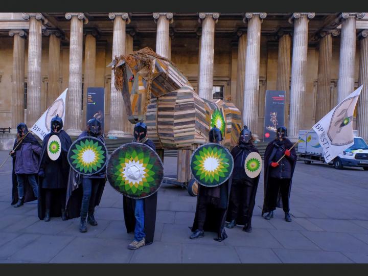Los activistas climáticos traen el Caballo de Troya al Museo Británico para protestar contra el patrocinio de British Petroleum