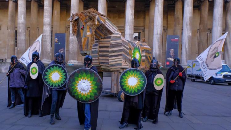 Des militants de la lutte contre le changement climatique emmènent le cheval de Troie au British Museum pour protester contre le parrainage de BP
