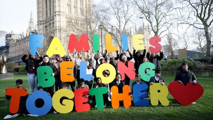 UK: Schüler reichen Petition mit 75.000 Unterschriften zur Wiedervereinigung von Flüchtlingsfamilien ein