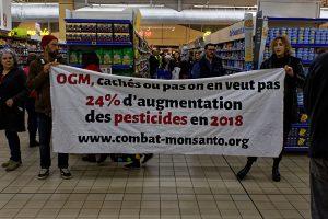 """Des militants d'ANV COP21 Gironde étiquettent des produits susceptibles de contenir des """"OGM cachés"""" en supermarché"""