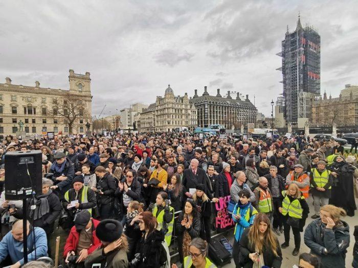 Julian Assange – Protest gegen die Auslieferung in London mit Varoufakis, Westwood & vielen mehr!