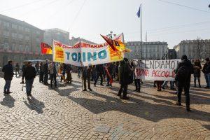 I lavoratori dell'accoglienza in sciopero davanti alla Prefettura di Torino