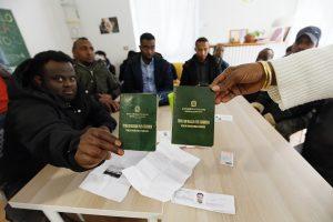 El problema de la expedición de documentos de viaje a los migrantes legales
