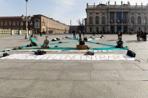 Extinction Rebellion medita in piazza sul negazionismo dell'emergenza climatica da parte del Consiglio Regionale del Piemonte