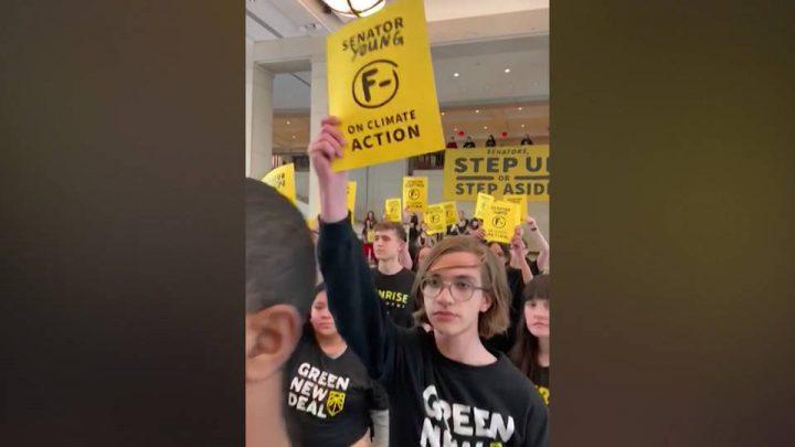 Washington D.C, giovani attivisti per il clima occupano il Campidoglio per una lezione sul Green New Deal: 20 arresti