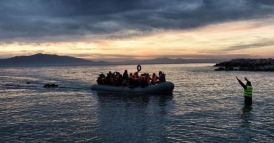 """""""Πλωτό τείχος"""" με στόχο να σταματήσει τους πρόσφυγες, θέτει ζωές σε κίνδυνο"""