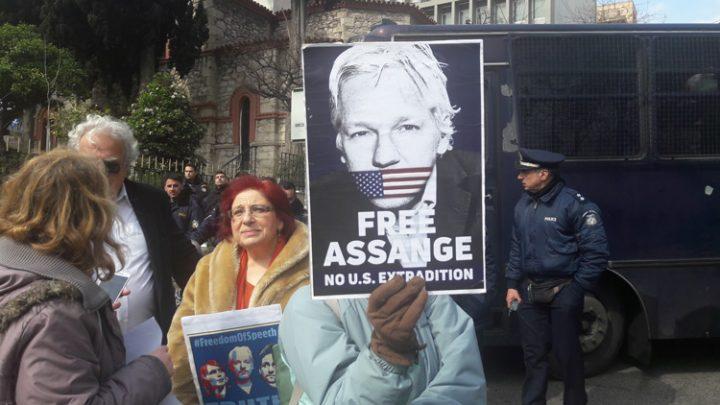 sugkentrosi-allilegguhs-ston-julian-assange-10