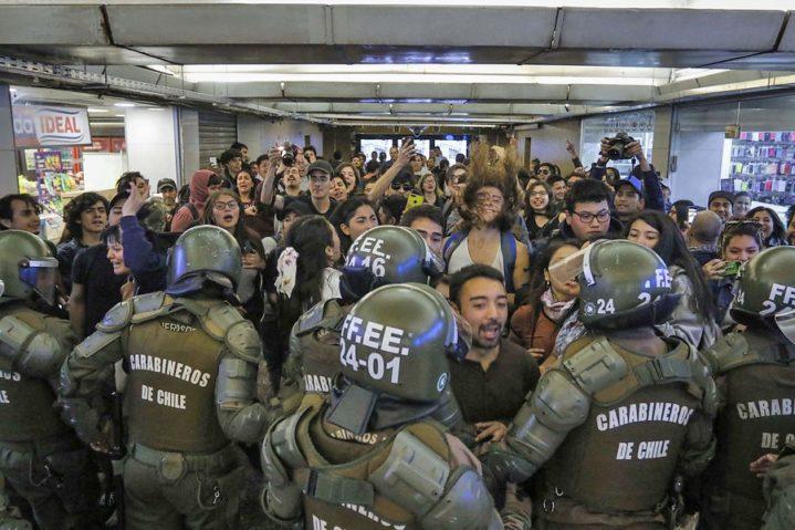 Cile: gli studenti saltano i tornelli e occupano La Alameda al rientro scolastico