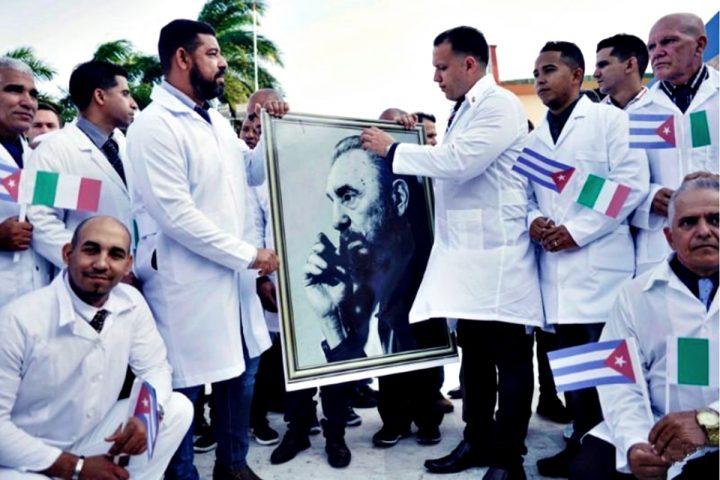 Medici cubani alla partenza dall'Havana
