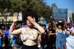 Presidenta del Partido Humanista marchó desnuda llamando a marcar AC en histórica protesta feminista 8M