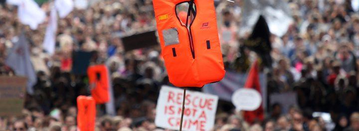 """""""Chi aiuta rifugiati e migranti rischia il carcere"""": la criminalizzazione della solidarietà in Europa"""