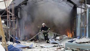 Bomberos ucranianos intentan apagar incendio en Chernóbil