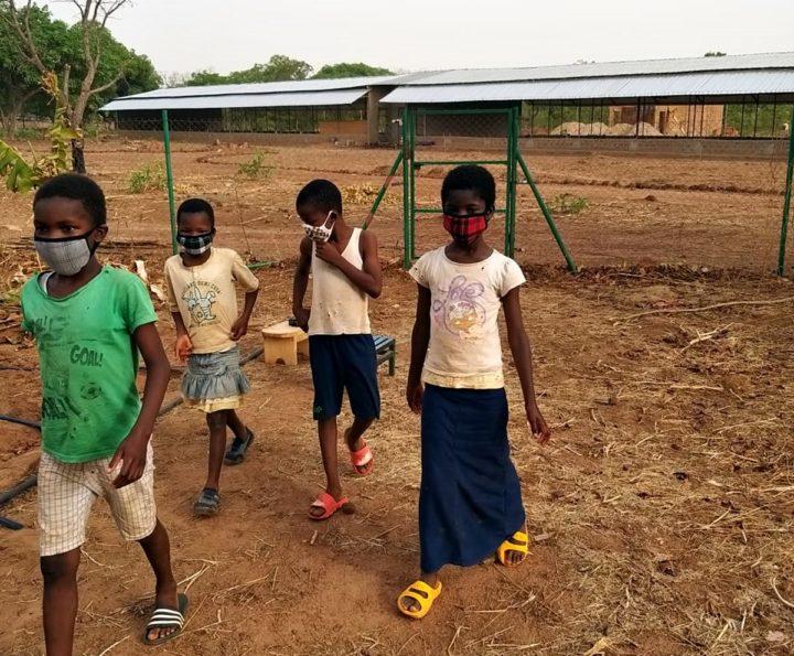 Bambini del Burkina con mascherine autoprodotte
