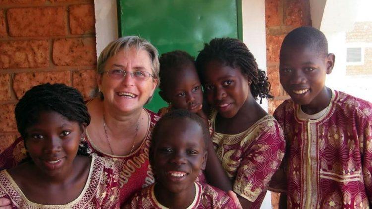 Grazia Le Mura con i bambini del Burkina