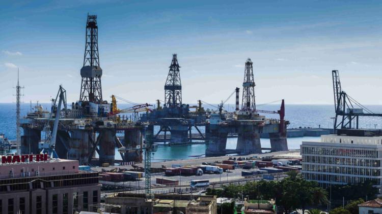 Le marché mondial saturé : le baril de pétrole s'effondre à 11 dollars