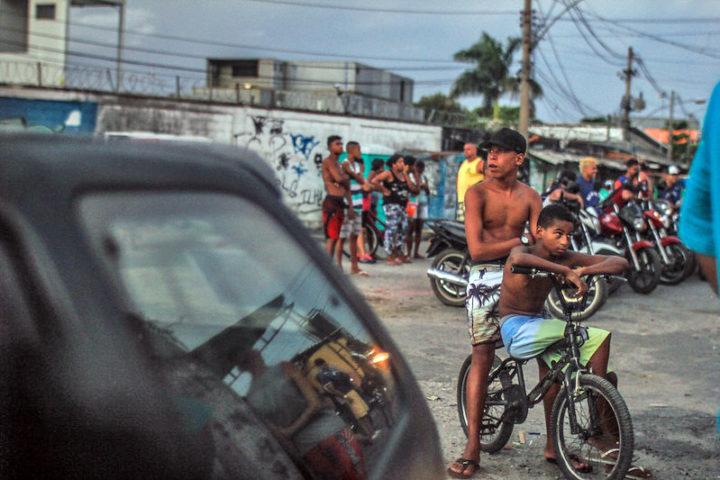 Com ausência do Estado, movimentos sociais criam campanhas para ajudar favelas no RJ