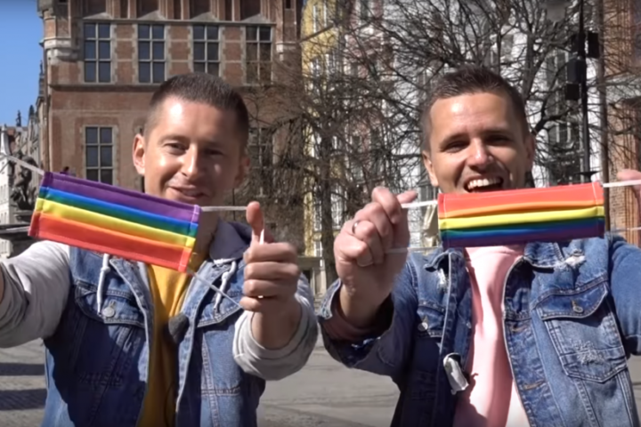 Regenbogen-Atemschutzmasken gegen LGBTQI-Feindlichkeit