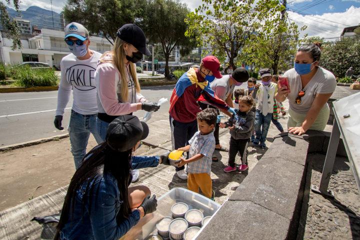 Migrantes venezolanos esperan por ayuda humanitaria en Quito