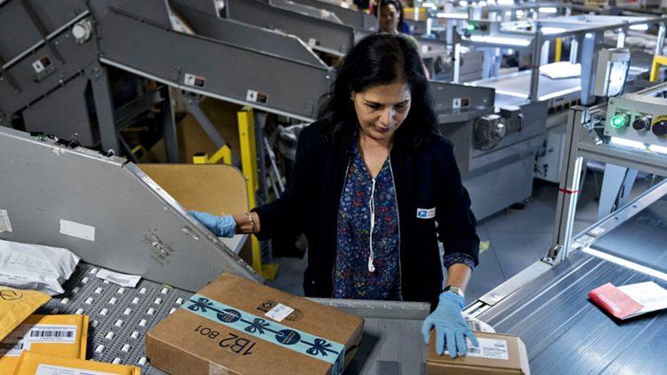 Una lavoratrice del Servizio Postale Americano