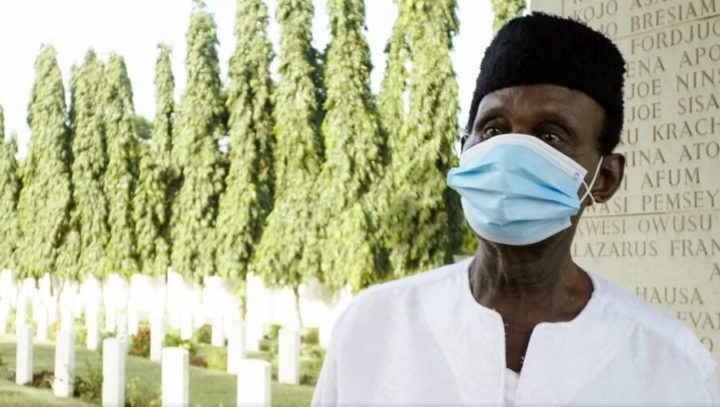 In Ghana veterano 95enne fa il giro di Accra per donare mascherine
