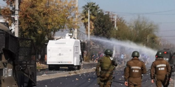 Chile: pobladores enfrentan a Carabineros protestando por falta de alimentos
