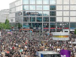 Manifestation silencieuse contre le racisme à Berlin