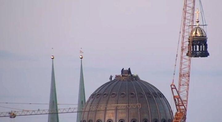 Berliner Humboldt Forum mit Kreuz gekrönt