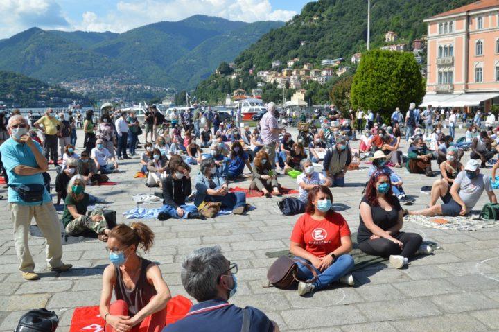 Como, coperte in piazza per i diritti dei senzatetto