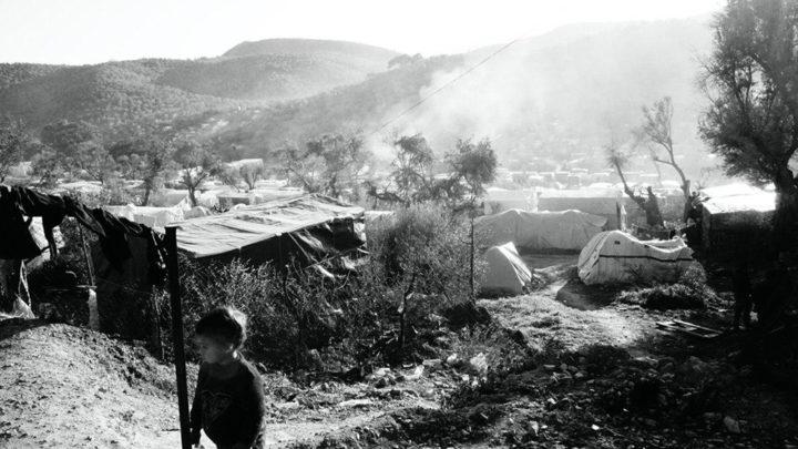 A cortina de fumaça do campo de Moria. Ensaio fotográfico
